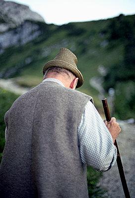 mann mit stock, schachen, bayern, deutschland - p1316m1160370 von Peter von Felbert