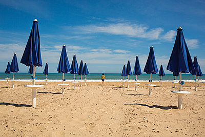 Little boy at the beach - p1623m2278691 by Donatella Loi