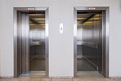 Fahrstühle in einem Wohnblock - p1638m2244509 von Macingosh