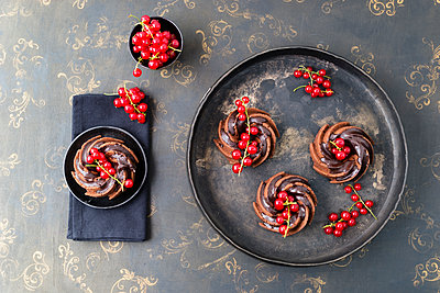 Mini chocolate cakes with red currants - p300m1156963 by Mandy Reschke