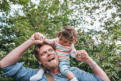 Vater albert mit Tochter herum - p586m1178797 von Kniel Synnatzschke