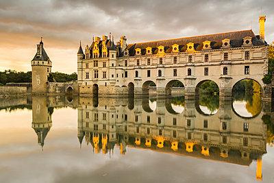 Chenonceau castle reflects itself on the Loire at sunset. Chenonceaux, Indre-et-Loire, France. - p651m2006714 by ClickAlps
