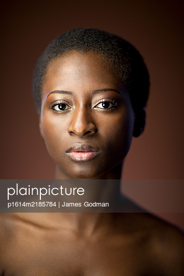 Nigerian woman staring at the camera - p1614m2185784 by James Godman