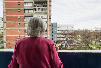 Elderly woman looking out of her balcony - p1170m1041292 by Bjanka Kadic