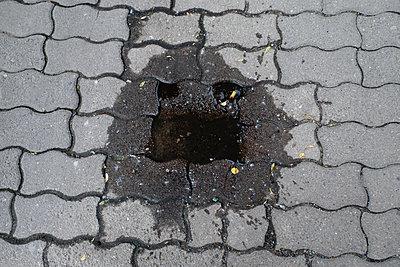 Gesicht auf einem Gehweg - p627m1035414 von Christian Reister