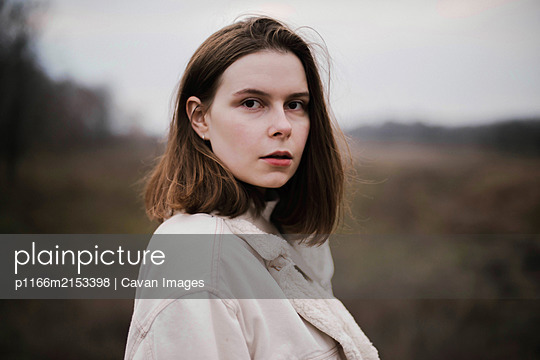 Portrait of a beautiful young woman in warm clothes outdoors - p1166m2153398 by Cavan Images