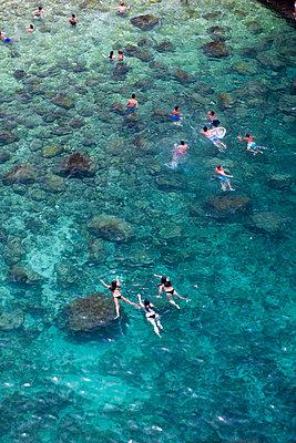 Urlauber baden im Meer - p1032m1466375 von Fuercho