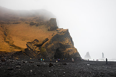 Iceland, South Iceland, Vik i Myrdal, Tourists on Reynisfjara beach - p300m2081391 by Wilfried Wirth