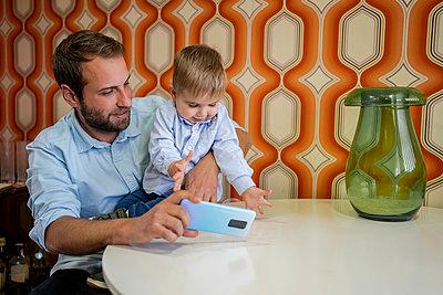 Father with children at home/SPAIN/ALICANTE/ALICANTE - p300m2273934 von Javier De La Torre Sebastian