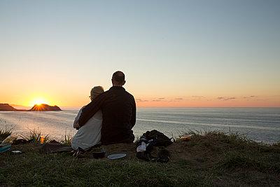 Paar am Meer - p948m1465595 von Sibylle Pietrek
