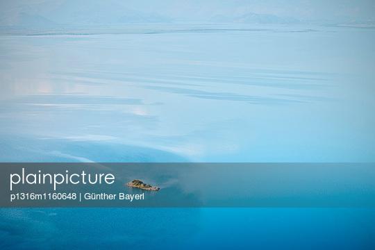 Kleine Insel im See bei Murici, Skutari See National Park, Montenegro, Balkan Halbinsel, Europa - p1316m1160648 von Günther Bayerl