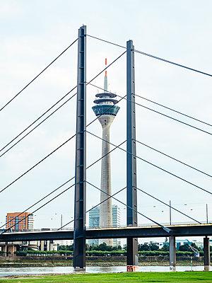 Germany, Duesseldorf, view to Rhine tower, Rhine bridge and Rhine River - p300m1192480 by Kristian Peetz