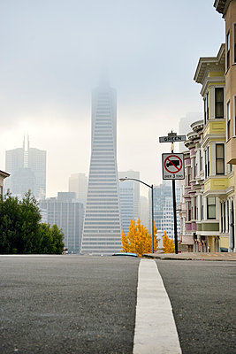 USA, California, San Francisco, Transamerica Pyramid and houses along Montgomery Street - p300m980591f by Biederbick&Rumpf