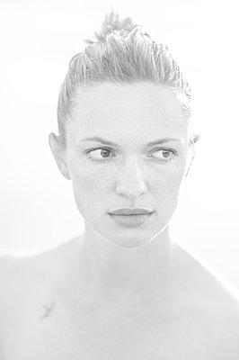 Young woman, portrait - p552m2278518 by Leander Hopf