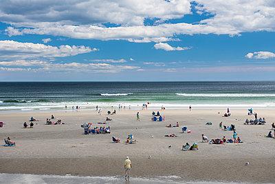Strand mit Menschen - p954m1171326 von Heidi Mayer
