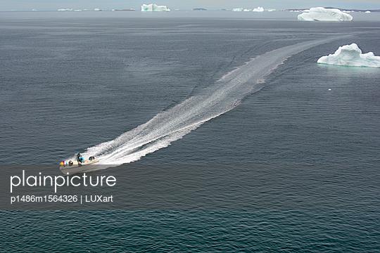 Motorboot vor Upernavik, Nordwestgrönland - p1486m1564326 von LUXart