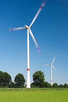 Windkraftanlagen bei der Arbeit - p1079m1552945 von Ulrich Mertens