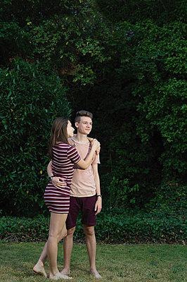 Junges Paar im Garten - p1376m1589805 von Melanie Haberkorn