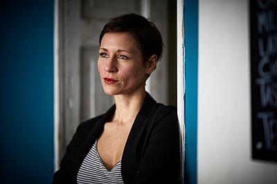 Portrait of a businesswoman leaning in door - p300m2012988 von Rainer Berg