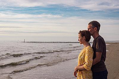 Paar am Strand - p305m1169661 von Dirk Morla