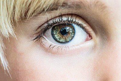 Close-up of boy with hazel eyes - p312m1229151 by Peter Rutherhagen