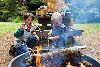 Children playing by a campfire - p756m1464783 by Bénédicte Lassalle
