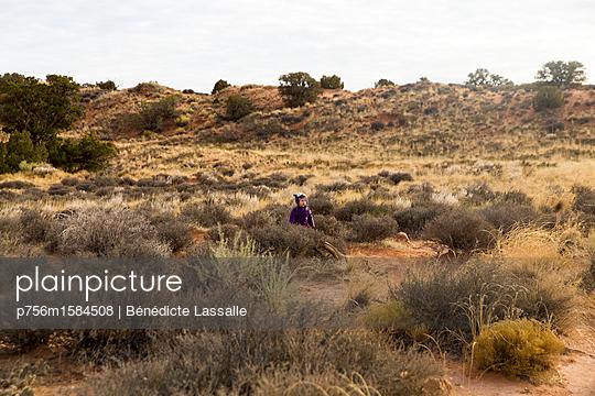 Kleines Mädchen in der Landschaft - p756m1584508 von Bénédicte Lassalle