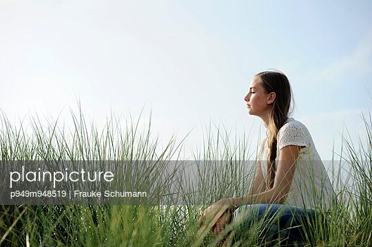 Meditation in den Dünen - p949m948519 von Frauke Schumann