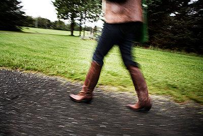 Woman walking in a park in Reykjavik - p1084m1118708 by GUSK