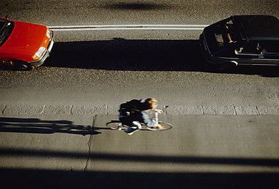 Radfahrer unterwegs - p1418m1571486 von Jan Håkan Dahlström