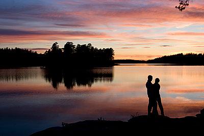 Sweden, Romantic sunset at a Swedish lakeshore - p1687m2284247 by Katja Kircher