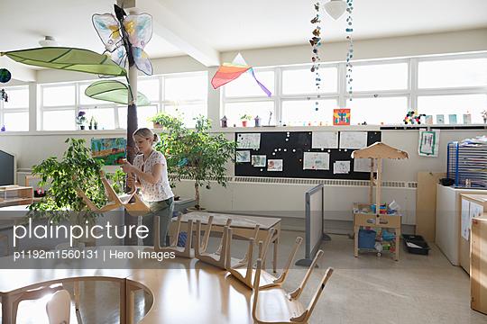 plainpicture - plainpicture p1192m1560131 - Preschool teacher cleaning ... - plainpicture/Hero Images