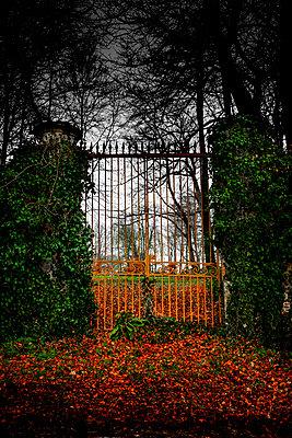 Eisernes Tor zum Schloßpark - p248m1218912 von BY
