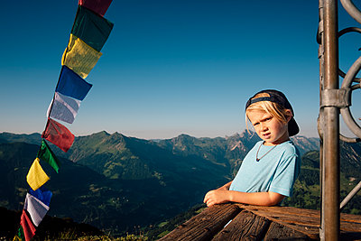 Boy enjoying view on peak, Bludenz, Vorarlberg, Austria - p429m2153049 by ©JFCreatives
