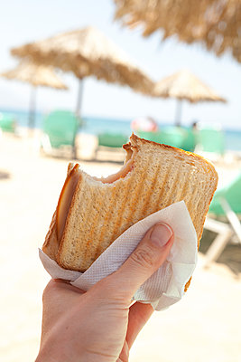 Lunch at the beach - p454m2037717 by Lubitz + Dorner