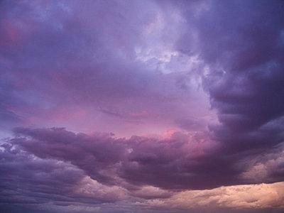 Lila Himmel; in Namibia - p5672147 von Greg Conraux