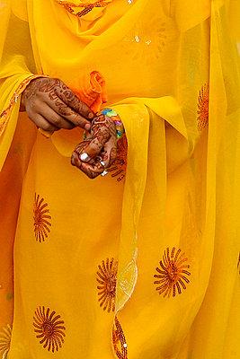 Haende einer Frau mit Hennabemalung - p9790201 von Pufal