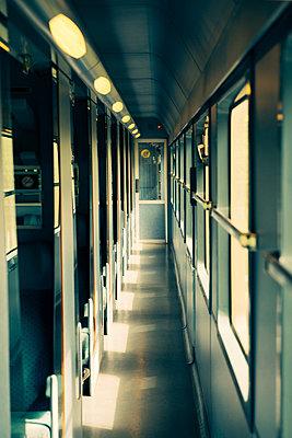 Im Zug - p988m887544 von Rachel Rebibo