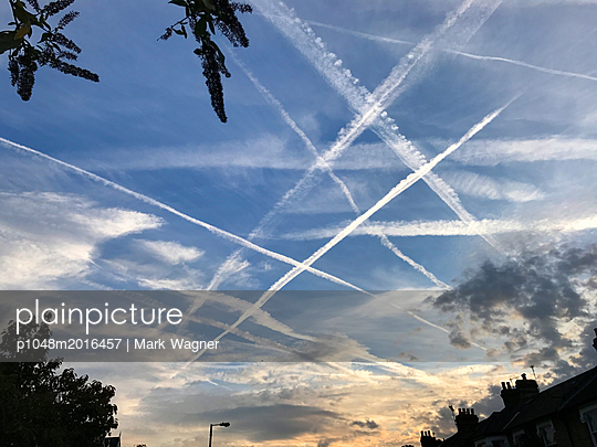 Airliner vapour trails over London - p1048m2016457 by Mark Wagner