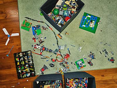 Toys on carpet in nursery - p1171m1540450 by SimonPuschmann