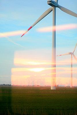 Blick aus Zugfenster auf Windkraftwerke - p1258m1124831 von Peter Hamel