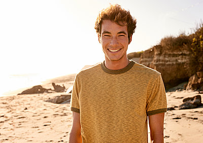 Portrait of smiling young man on the beach - p300m1206275 by Fotoagentur