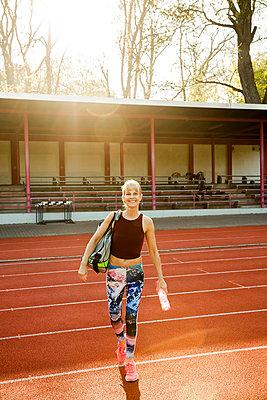 Sportliche Frau - p904m1031342 von Stefanie Päffgen