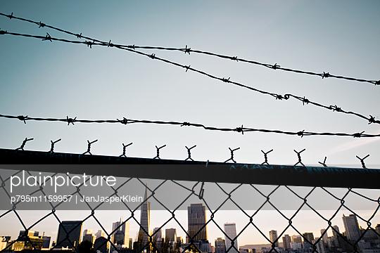 Skyline hinter Gittern - p795m1159957 von Janklein