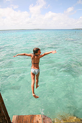 Girl jumping into water - p375m1563862 by whatapicture