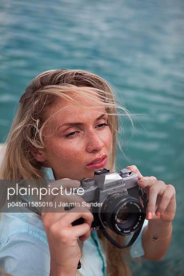 Mit der Kamera schöne Momente festhalten - p045m1585016 von Jasmin Sander