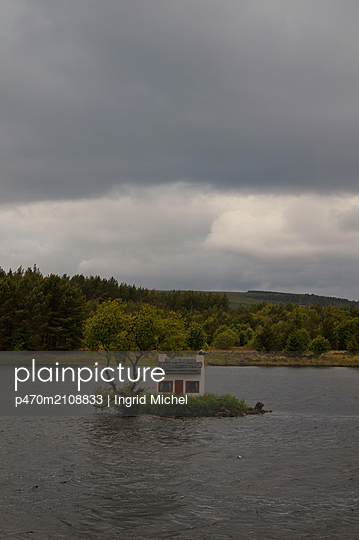 Tiny house in Loch Shin, Scotland - p470m2108833 by Ingrid Michel
