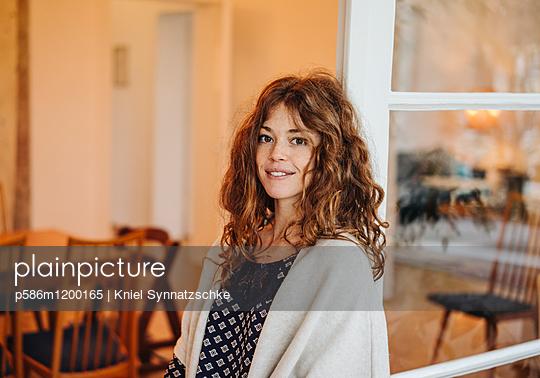 Junge Frau mit roten Haaren - p586m1200165 von Kniel Synnatzschke