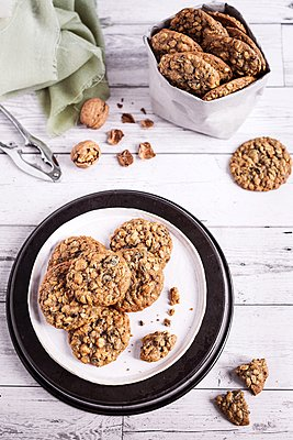 Oatmeal teff cookies with walnuts and cocoa nibs - p1392m2057775 by Federica Di Marcello