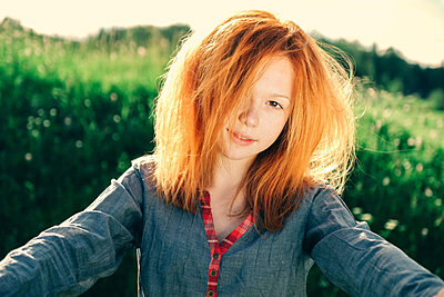 Portrait of smiling Caucasian teenage girl - p555m1531618 by Vladimir Serov